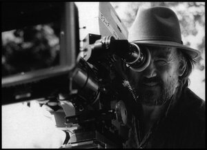 "Vilmos Zsigmond sur le tournage de son long métrage ""The Long Shadow"", en 1990"
